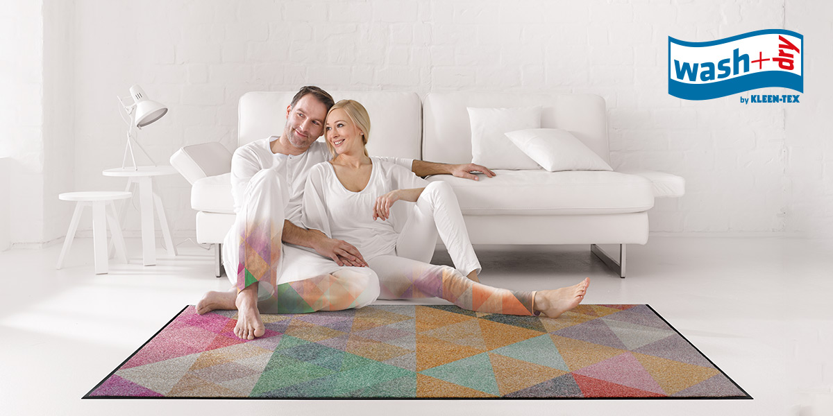 wash+dry Design mat with couple in front of sofa