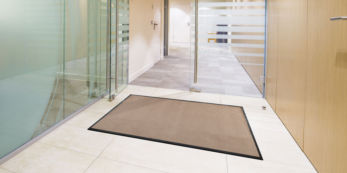 Monotone mat in front of glass doors