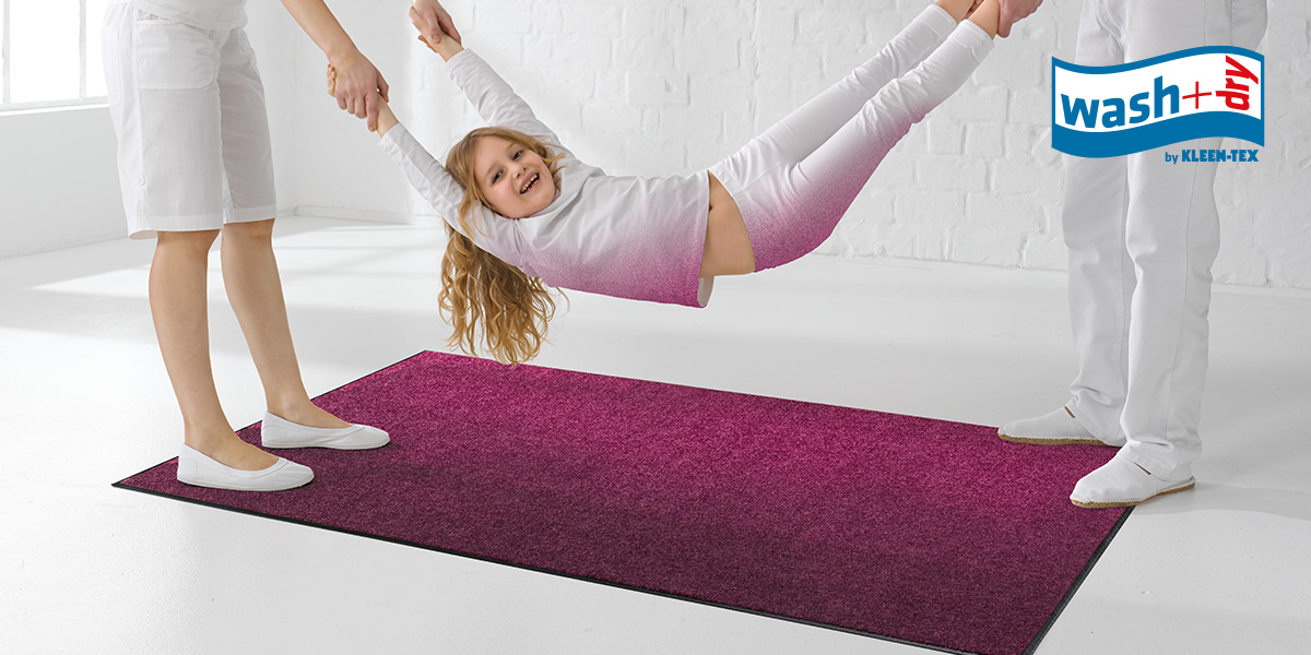 wash+dry Monocolour mat in radiant orchid with girl